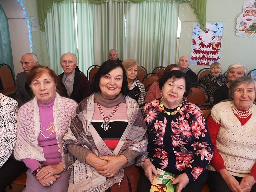 Т. Максименко в окружении почитателей
