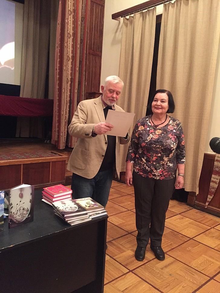 В. Бояринов вручает диплом Т. Максименко