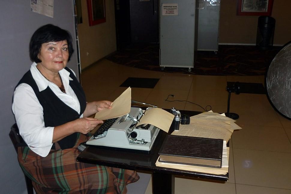 Татьяна МАКСИМЕНКО за пишущей машинкой