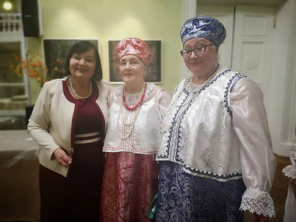 """Т. Максименко с солистками """"Жуковчанки"""""""
