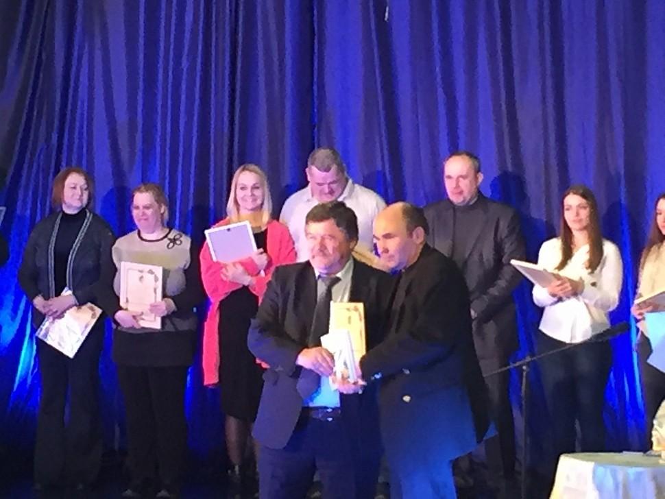 Глава городского поселения Белоозёрский В.С. Евсеев вручает диплом жуковскому поэту А. Евсееву