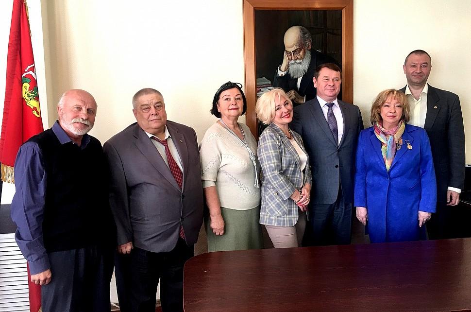 На фото слева направо: В. Зайцев, А. Разин, Т. Максименко, А. Чернецкая, Ю. Прохоров, С. Антипов