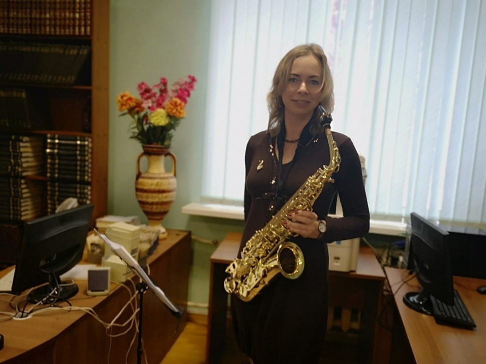 Майя Азбукина исполняет соло на саксофоне