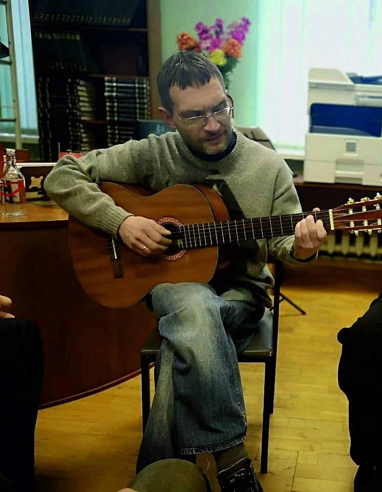 Олег Богачев исполняет авторские песни